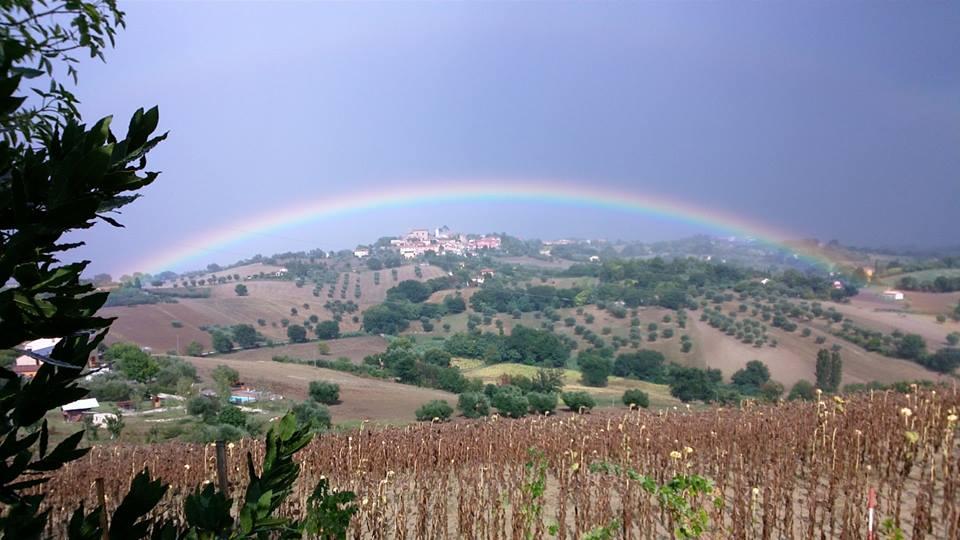 Scapezzano sotto l'arcobaleno dopo un acquazzone estivo